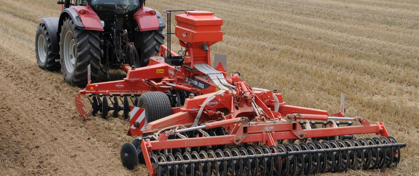 A DISCOVER XM2 equipped with an SH 402 for seeding a crop cover