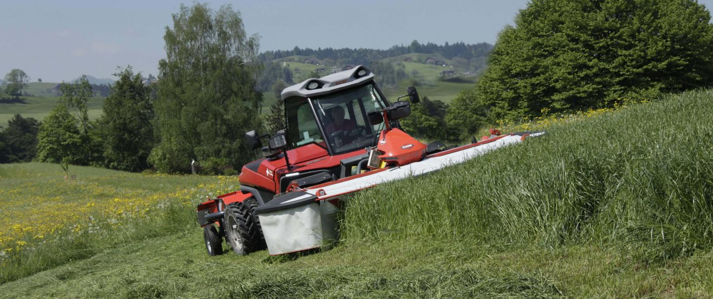 GMD 3121 F front mower at work