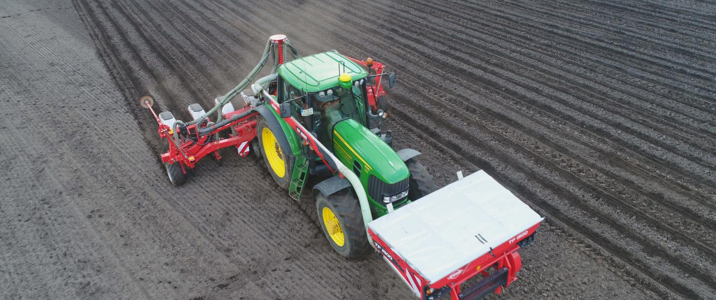 Air Precision Seed Drill MAXIMA 3 at work with a front hopper