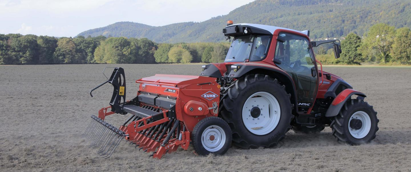 PREMIA 300 mechanical seed drill at work