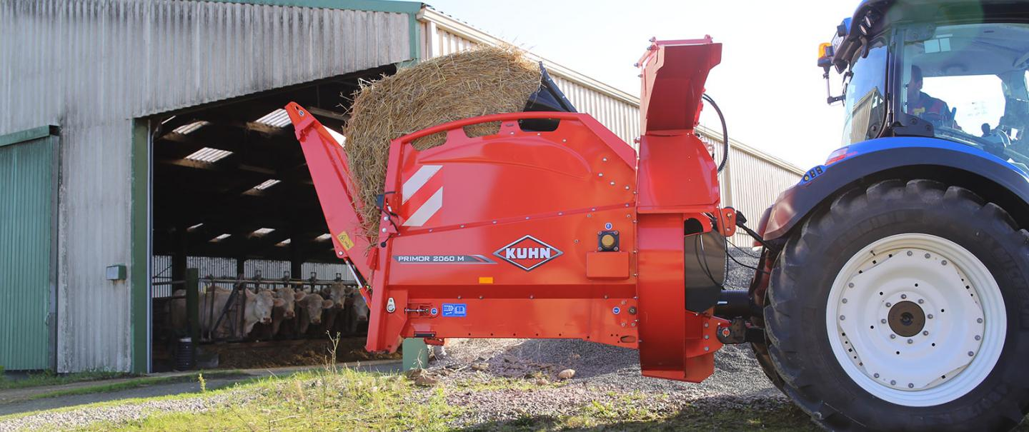 The KUHN PRIMOR 2060 M in straw blowing mode, with 300° swivel chute