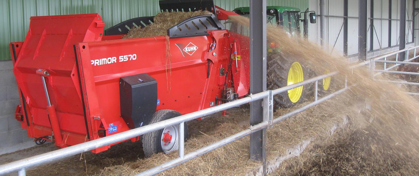 PRIMOR 5570 M straw blower & feeder at work