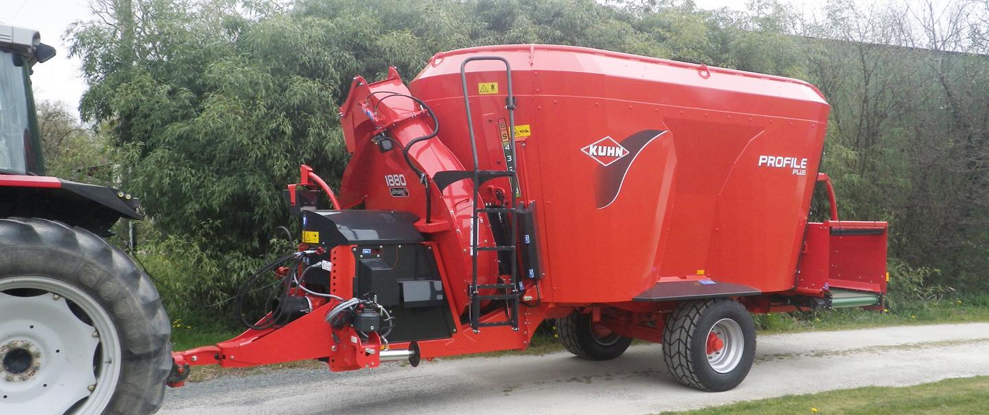 PROFILE PLUS 2 CS vertical twin auger mixer at work