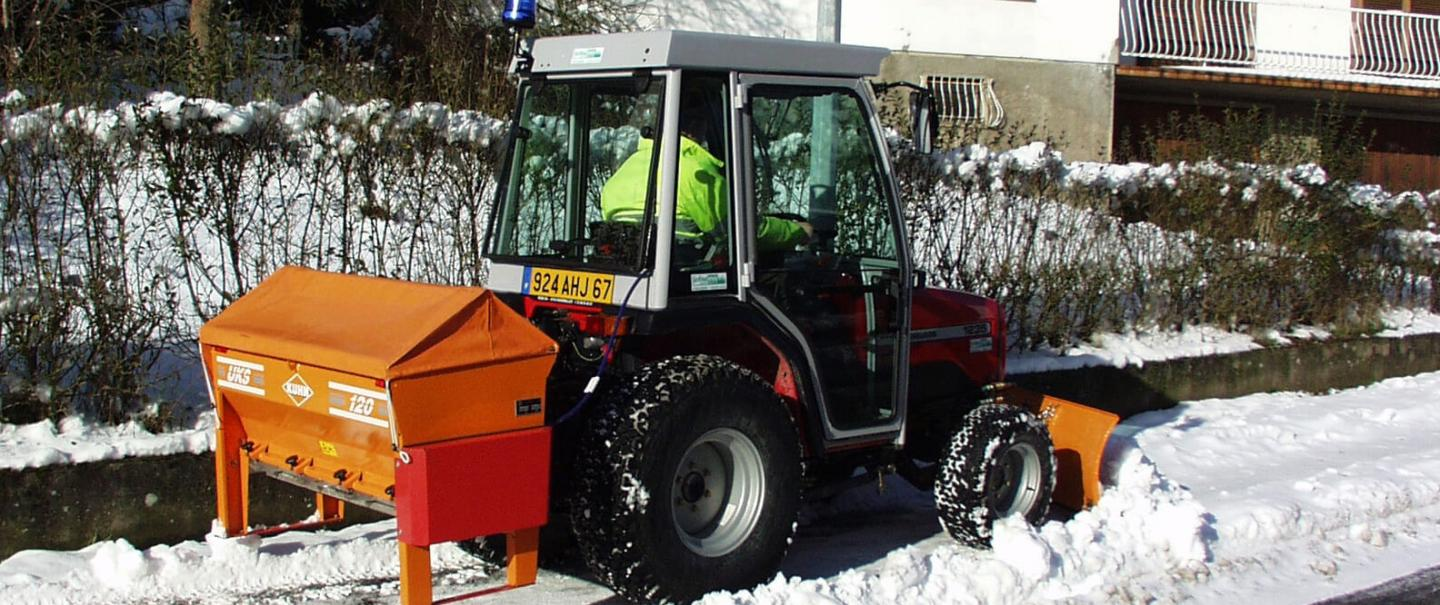 Versatile salt and sand spreader UKS 120 and road maintenance in winter