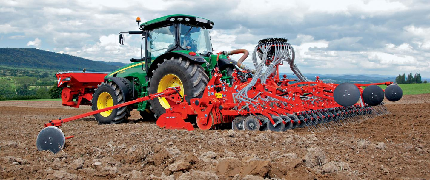 VENTA CSC 6000 seeding bar at work in combination with an HR 6004 power harrow and TF front hopper